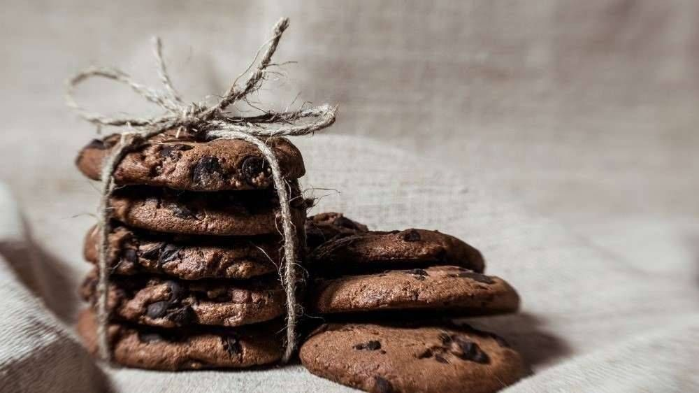 festive-chocolate-cookies-on-linen-fabric-background-picture-id1092778484